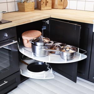 Wysuwane półki Utrusta z oferty firmy IKEA do narożnej szafki stojącej. Regulowana półka umożliwia dostosowanie przestrzeni do do swoich potrzeb. Pasuje do narożnej szafki stojącej z drzwiami otwieranymi na prawą lub lewą stronę.
