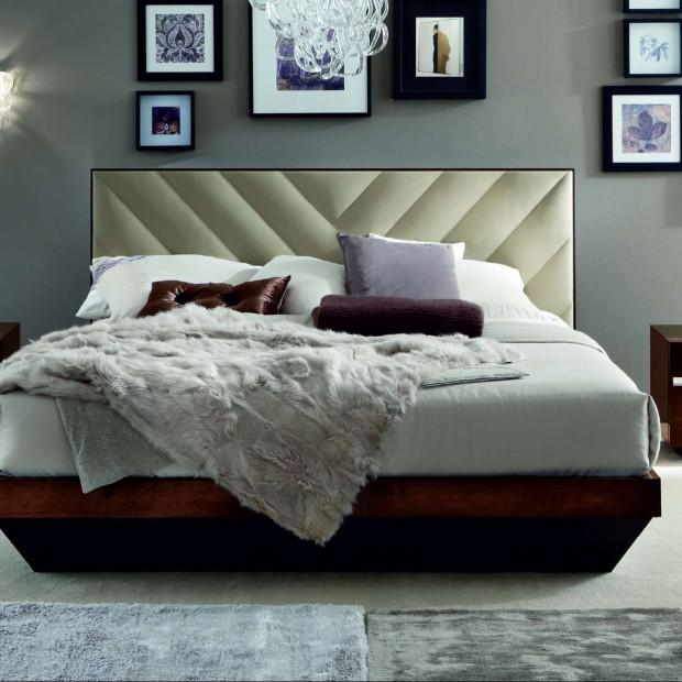 Pomysł na dekorację ściany. Ramki i obrazy w sypialni