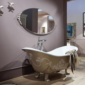 Wanna wolno stojąca na lwich nóżkach z kolekcji łazienkowej marki Giusti Portos z charakterystycznym, neobarokowym dekorem. Fot. Giusti Portos.