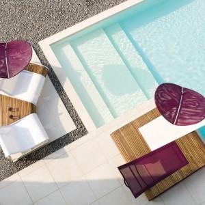 Modułowe meble ogrodowe z kolekcji Tadem marki Ego Paris wyróżnia teakowa podstawa do której można dopasować wykonane z corianu siedziska. Fot. Ego Paris.