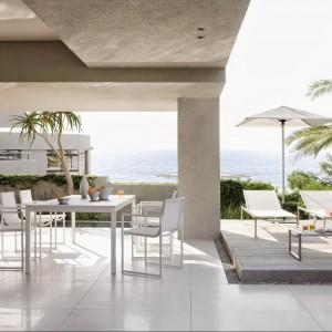 Białe meble ogrodowe marki Manutti to esencja dobrego smaku i stylu. Ich lekka forma podkreślona została poprzez alumniową ramę stołów, krzeseł i leżaków. Fot. Manutti.