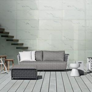 Sofa i fotele z najnowszej kolekcji InOut marki Gervasoni z charakterystycznym, czarno-białym splotem. W komplecie z tapicerowanymi szarą tkaniną siedziskami. Fot. Gervasoni.