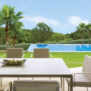 Krzesła z kolekcji Bandoline marki Viteo wyróżnia obszerna forma siedzisk wyłożonych eleganckimi poduszkami w ciepłym, jasnobeżowym kolorze. Fot. Viteo.