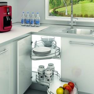 Półka wysuwana do szafek narożnych Nuvola z oferty firmy Häfele. Zapewnia pełny dostęp do przechowywanych produktów. Dostępna w dwóch wersjach: wysuwana w lewą lub prawą stronę.