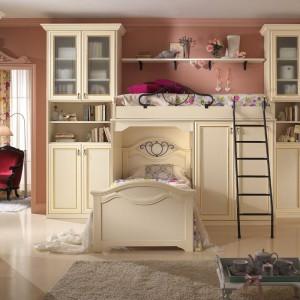 Łóżko piętrowe wraz z szafą z serii Magnolia tworzy praktyczny mebel dla dziewczynek. Fot. Spar.