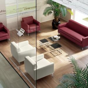 Oryginalne umeblowanie salonu: cztery fotele i kanapa. Fot. Colombini Casa.