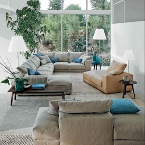 Oryginalne ustawienie wypoczynków sprawdzi się w długim i wąskim pomieszczeniu. Kolekcja Hils. Fot. Swan.