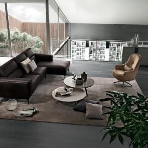 Ustawienie fotela naprzeciw narożnika umożliwia kontakt wzrokowy wszystkim rozmówcom. Fot. Colombini Casa.