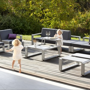 Meble modułowe z kolekcji Kama marki Ego Paris wyróżniają szare obicia siedzisk wykonane z ekoskóry, które zostały osadzone w szarych, aluminiowych ramach. Fot. Ego Paris.