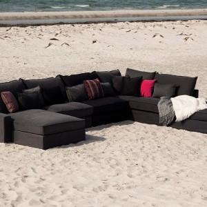 Sofa modułowa Oscar marki Sits dedykowana jest do wnętrz, ale świetnie prezentuje się także na plaży. Fot. Sits.