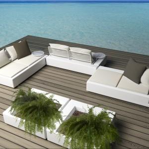 Biała sofa modułowa z kolekcji Kes marki Vondom to design w najlepszym wydaniu. Do łączenia z oryginalnymi donicami w tym samym kolorze. Fot. Vondom.