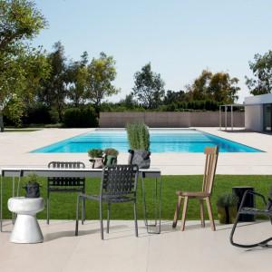 Stół z kolekcji InOut marki Gervasoni wyróżnia aluminiowa podstawa w czarnym kolorze do której dopasowano biały blat z corianu. Fot. Gervasoni.