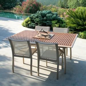 Klasyczny stół z kolekcji Premiere marki Ego Paris, którego blat wykonano z drewna teakowego. Fot. Ego Paris.