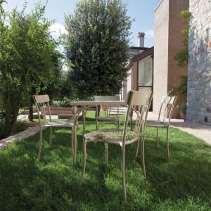 Retr marki Talenti to stylowy stół dedykowany na zewnątrz na delikatnych, toczonych nóżkach. Do skompletowania z krzesłami o tym samym designie. Fot. Talenti.