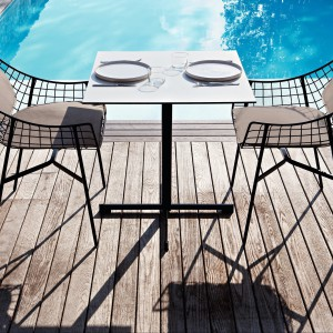 Lekki w swej formie, designerski stół marki Varaschin do skompletowania z ażurowymi krzesłami. Czarną nogę podstawy ożywia jasnoszary blat. Fot. Varaschin.