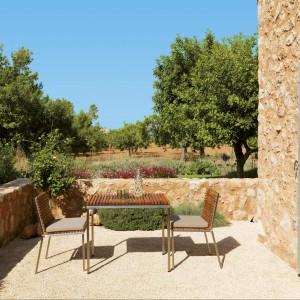 Czteroosobowy stół z kolekcji Home marki Viteo, którego metalowy korpus o prostym, klasycznym designie zdobi teakowy blat. Fot. Viteo.