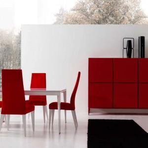 Nowoczesne, czerwone krzesła Helios o klasycyzującej formie. Fot. Mobil Frenso.