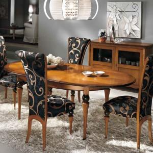 Klasyczne krzesła Amarcord, marki CP Italian Furniture, tapicerowane ozdobną tkaniną. Fot. CP Italian Furniture.