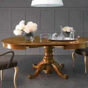 Eleganckie krzesła z finezyjnie powyginanymi nogami. Fot. Marchetti.