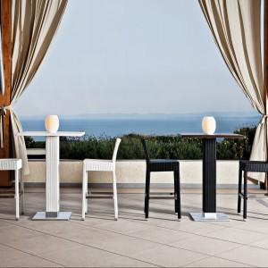 Stoły i krzesła barowe z kolekcji marki Varaschin dostępne są w dwóch kontrastujących ze sobą kolorach - czarnym i białym. Fot. Varaschin.