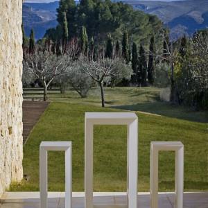 Meble barowe Frame marki Vondom jak sama nazwa wskazuje swą budową przypominają ramy. Dostępne w białym kolorze. Fot. Vondom.
