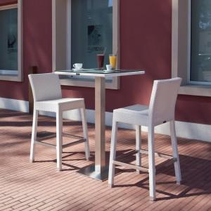 Stół i krzesła barowe z kolekcji Ibiza marki Talenti o klasycznej formie wykonano z subtelnie plecionego ekowłókna w białym kolorze. Fot. Talenti.