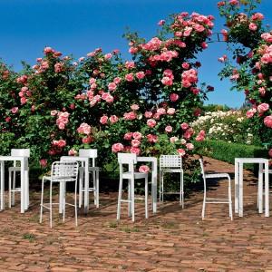 Stoły i krzesła barowe z najnowszej kolekcji InOut marki Gervasoni dostępne w świeżej bieli. Fot. Gervasoni.