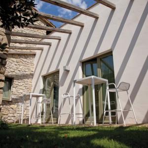 Wykonane z aluminium krzesła i stoły z kolekcji Oblique marki Talenti o lekkiej formie, która podkreślają ażurowe siedziska. Fot. Talenti.