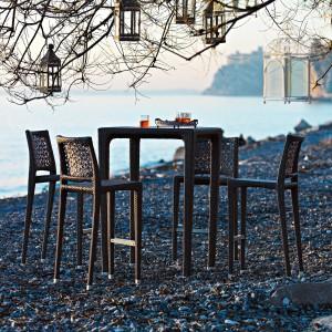 Meble na wysokich nóżkach z kolekcji RollOver marki Varaschin wyróżnia oryginalny splot oparć krzeseł. Fot. Varaschin.