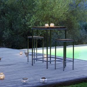 Krzesła  i stół z kolekcji mebli ogrodowych Home marki Viteo o prostej, geometrycznej formie z teakowym blatem i siedziskami. Fot. Viteo.