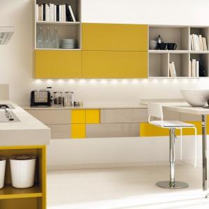Meble do kuchni z kolekcji Creativa firmy Lube Cucine. Zestawienie spokojnego beżu z kolorem żółtym ożywiło wnętrze. Nadało mu także indywidualny wyraz.
