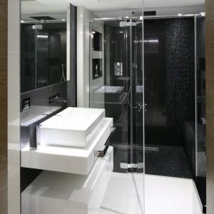 Czarno-biała kolorystyka zastosowana w łazience nadaje jej eleganckiego charakteru. Efekt ten potęguje połączenie płytek gresowych o dużym formacie z drobną mozaiką. Projekt Agnieszka Hajdas-Obajtek, Fot. Bartosz Jarosz.