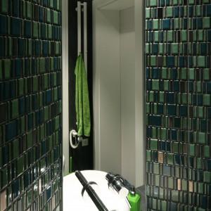 Ozdobna, szklana mozaika o pięknym, zielonym kolorze zdecydowała o charakterze tej łazienki. Stała się dominantą, która nie wymagała już otoczenia żadnych innych elementów dekoracyjnych. I tak prezentuje się nad wyraz elegancko. Projekt Monika i Adam Bronikowscy. Fot. Bartosz Jarosz.