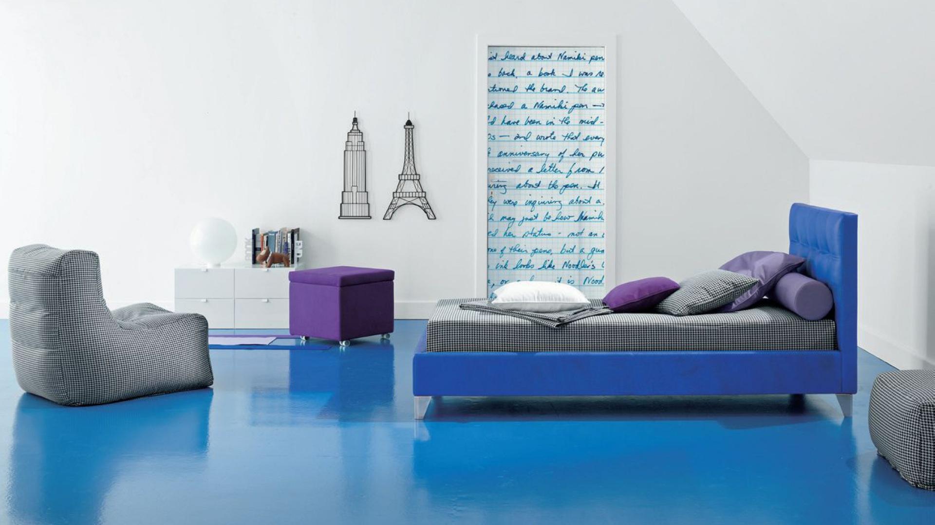 Białe ściany uatrakcyjniają oryginalne dekoracje w młodzieżowym stylu. Fot. Twils.