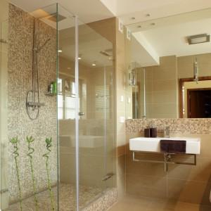 Ciepłe brązy i jasne beże pięknie prezentują się jako wzór mozaiki, którą wyłożona została jedna ściana kabiny prysznicowej. Doskonale też podkreślają relaksacyjny charakter łazienki urządzonej na wzór domowego spa. Projekt Piotr Gierłatowski. Fot. Tomasz Markowski.