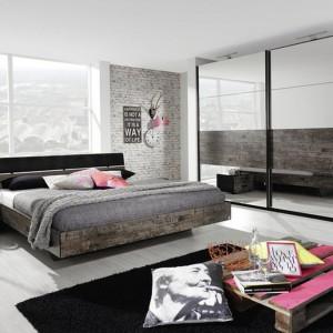 Sypialnia Sumatra z brązowymi wstawkami w stylu vintage. W kolekcji znajdziemy łóżka, szafy, komody oraz stoliki nocne. Fot. Agata Meble.