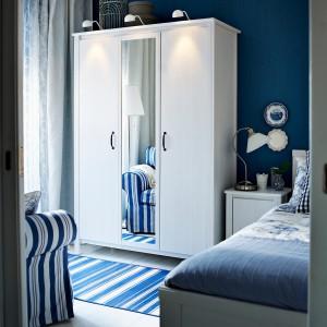 Biała, klasyczna szafa z lustrem Brusali. Szerokość 131 cm, głębokość 57 cm, wysokość 190 cm. Fot. Ikea.