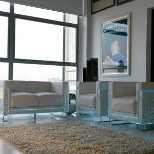 Podświetlana, niewielka sofa oraz fotele. Fot. Colico Design.