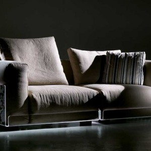 Jasnobeżowa sofa z subtelnym podświetleniem. Fot. Colico Design.