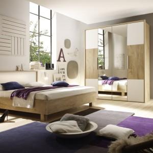 Sypialnia z kolekcji Helios to nowatorskie rozwiązanie sypialni połączonej z systemem szaf. Fot. Halvetia Meble Wieruszów.