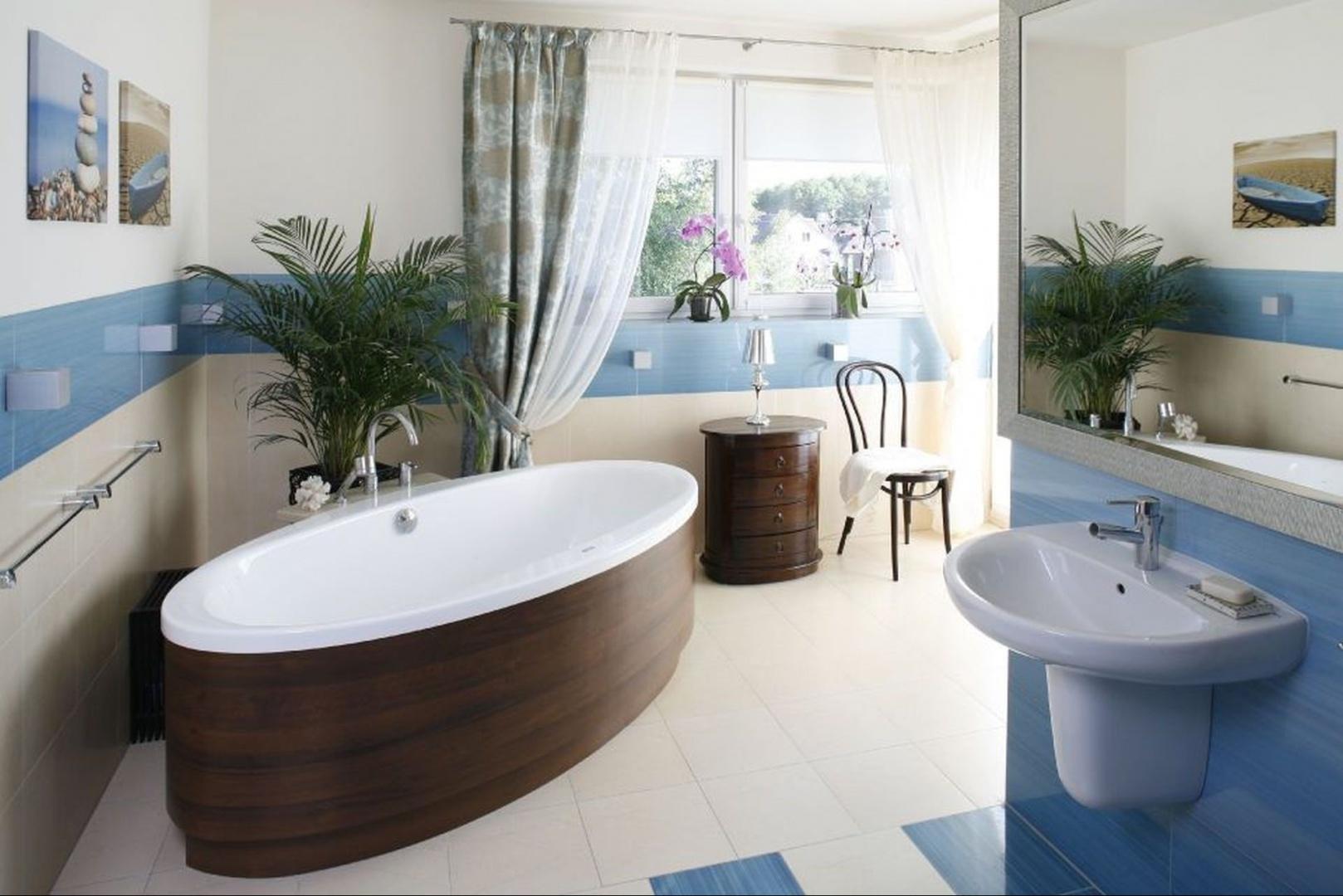 Ściany i podłogę łazienki wyłożono płytkami Ceramiki Paradyż – intensywny błękit i łagodny beż stworzyły tu wyjątkowo udany duet, stając się przy okazji idealnym tłem dla apetycznego w barwie drewna. Projekt Marta Kruk. Fot. Bartosz Jarosz.
