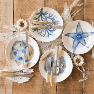 Porcelanowe talerze z morskim dekorem do wyboru: ryba, rozgwiazda, muszla czy koralowiec. Fot. Flamant.