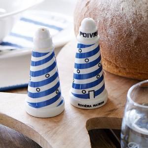 Solniczka i pieprzniczka z oferty marki Riviera Maison niczym dwie latarnie morskie rozświetlają dekorację stołu. Fot. Riviera Maison/HOUSE&more.