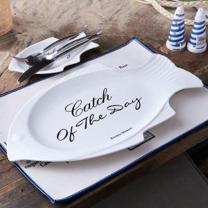 Półmisek w kształcie ryby z oferty marki Riviera Maison z maksymą dobrą na każdy dzień. Fot. Riviera Maison/HOUSE&more.