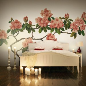 Ścienna naklejka przedstawiająca kwitnące drzewo może stać się przewodnim motywem wystroju sypialni. Fot. Mr Perswall.