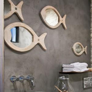 """Lustra - rybki w drewnianej oprawie z oferty marki Riviera Maison to oryginalny """"morski"""" dodatek nie tylko do łazienki. Fot. Riviera Maison/HOUSE&more."""