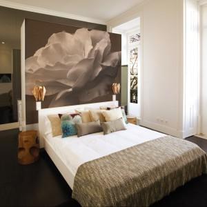 Przeskalowana róża utrzymana w czarno-białym kolorze to główny motyw fototapety umieszczonej za łóżkiem. Fot. Dekornik.