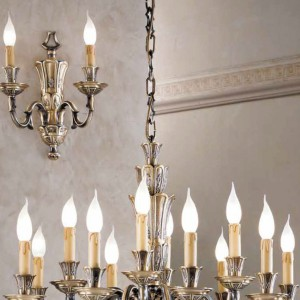 Kinkiety i żyrandole z kolekcji Novecento idealne do wnętrz w barokowym stylu. Fot. Possoni.