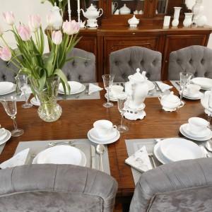 Na tle ciemnego drewna biel jest ładnie wyeksponowana. Szklany wazon doskonale pasuje do kieliszków, a szare podkładki do tapicerki krzeseł. Projekt wnętrza: Iwona Kurkowska. Fot. Bartosz Jarosz.