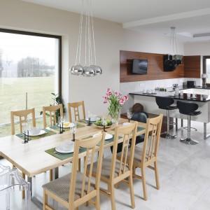 Na tak dużym stole może postawić na prostotę lub pozwolić sobie na bardziej dekoracyjną aranżację. Jasne drewno będzie się pięknie prezentowało zarówno z intensywnymi kolorami, jak i bardziej stonowanymi. Projekt wnętrza: Piotr Stanisz. Fot. Bartosz Jarosz.